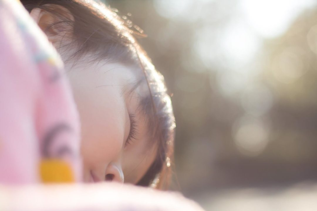 女の子が眠っている写真