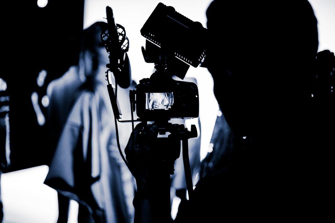 撮影を行うカメラマンの画像